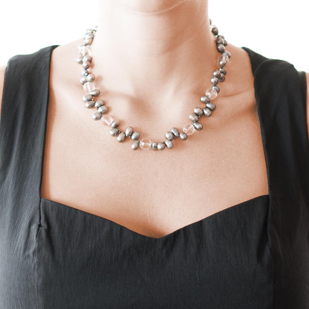5f768fc3cbdf Collar en plata 950 con perlas negras y cuarzo cristal - Sarah Kosta