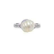 Sarah-Kosta-Joyas-Anillo-en-plata-950-con-perla-blanca-y-cinta-texturada-ANPLPE1412_b